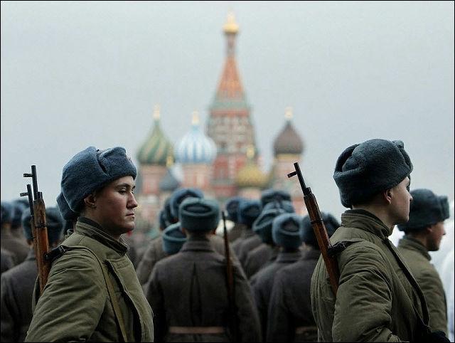 ロシアで1941年の「赤の広場」での軍事パレードを再現