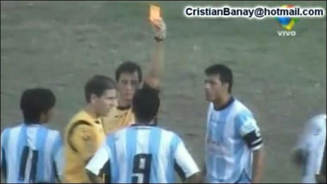 アルゼンチンのサッカーの試合で選手全員に計36枚のレッドカード
