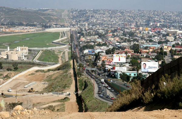 http://dnaimg.com/2011/04/27/25-pictures-of-the-united-states-mexico-border/02.jpg