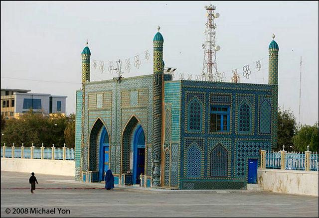 乾燥した荒野の中に際立つ青、アフガニスタン・マザーリシャリーフに建つ「ブルーモスク」の画像