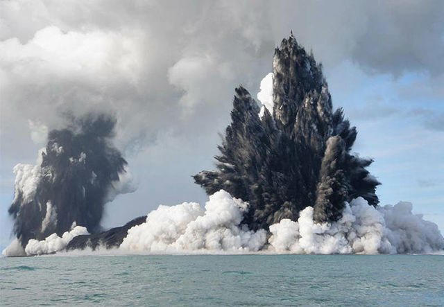 http://dnaimg.com/2011/06/09/most-incredible-photographs-of-volcanic-eruptions/most-incredible-photographs-of-volcanic-eruptions_003.jpg