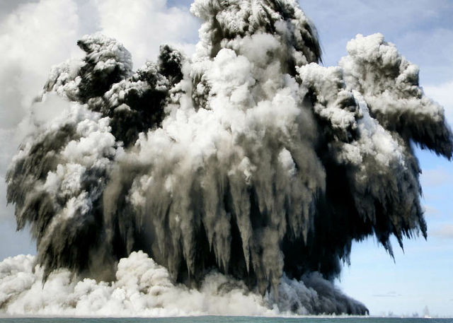 http://dnaimg.com/2011/06/09/most-incredible-photographs-of-volcanic-eruptions/most-incredible-photographs-of-volcanic-eruptions_021.jpg