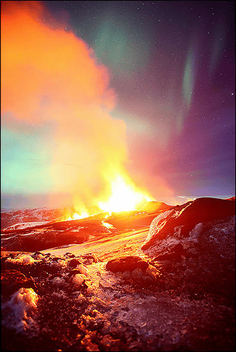 火山の噴火とオーロラが同時に撮影された大自然の神秘を感じる写真10枚 Dna