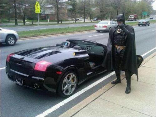 「えっ、ヒーローなのに 」バットマンの乗った車、パトロール中の警察官に取り締まられる Dna