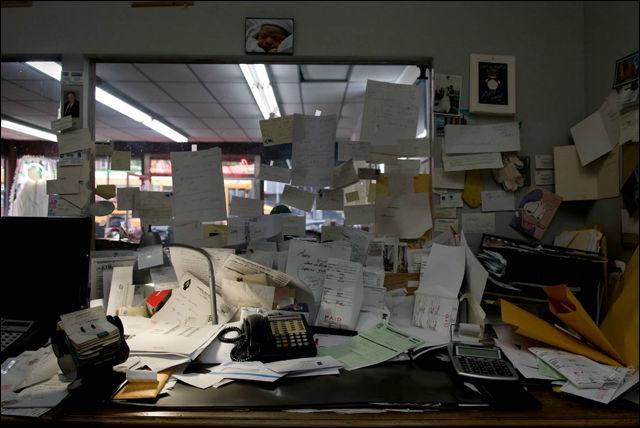 散らかっているのになぜか落ち着く、色々な職業のワークスペースの写真集「Workspace」
