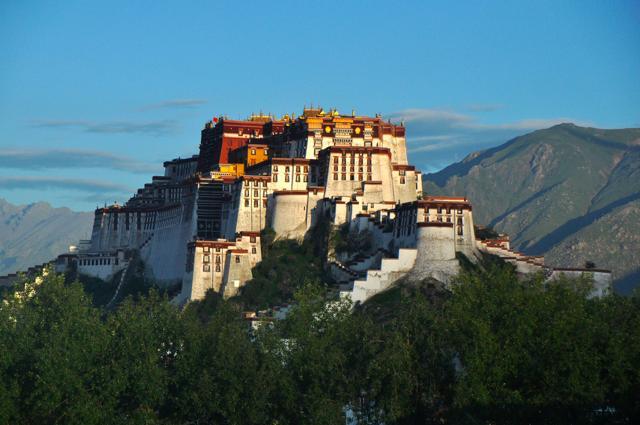 チベット・ラサに鎮座する、主のいないチベット仏教の巨大宮殿「ポタラ ...