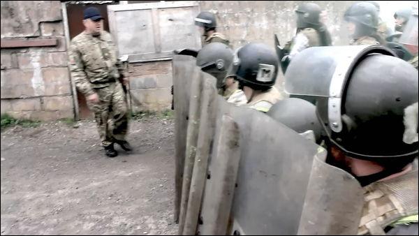 機動隊になりきって民衆を蹴散らせる「暴動鎮圧体験コース」がイギリス ...