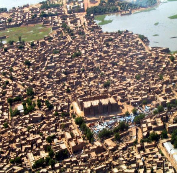 サハラ砂漠の世界遺産都市「マリ・ジェンネ旧市街」と泥で作られた世界最大の建築物「ジェンネの大モスク」
