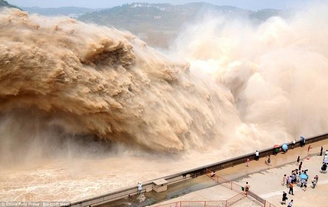 ド迫力の濁流が何もかも押し流す、年に一度の中国・黄河の小浪底(Xiaolangdi)ダムの大放水