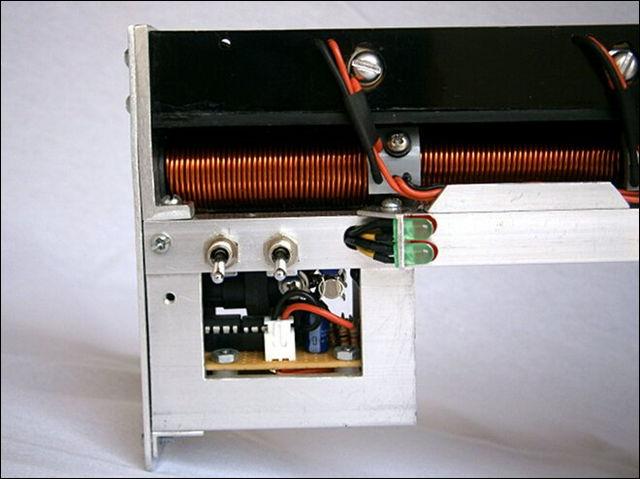 6. スイッチは大電力に耐えられる物々しいものになっていますね。 動画...  未来兵器をDIY