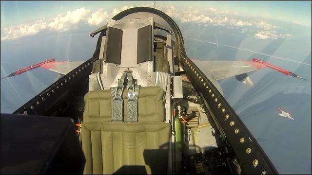 幽霊飛行機?F-16戦闘機が無人の...