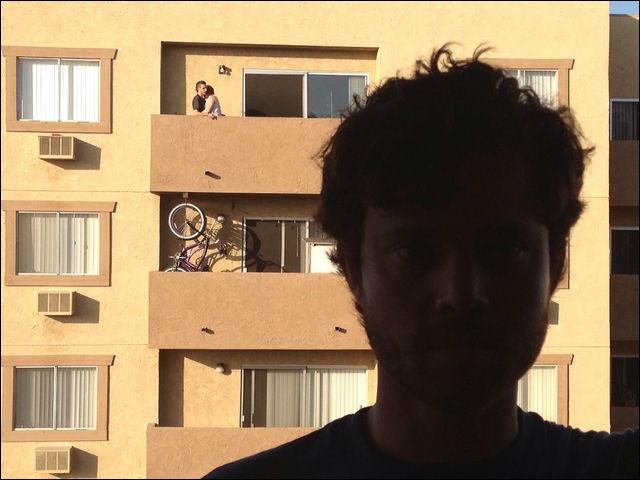 外でイチャつくカップルの横に立つ自分の写真を掲載し続けるブログが熱い