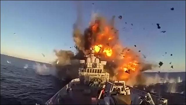 対艦ミサイルが軍艦に当たるとこ...