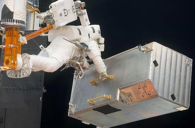 NASAが映画「ゼロ・グラビティ」をなぞって宇宙で撮影した写真を集めたシリーズ「Gravity」を大公開