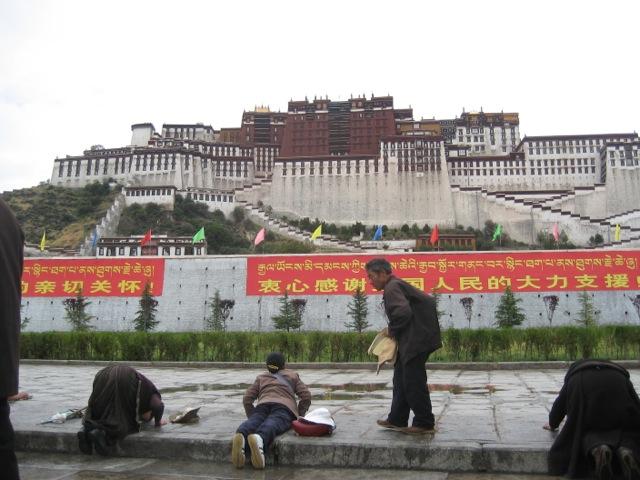 20年間も五体投地で祈りを捧げ続けた老チベット仏教僧の足跡を深く刻む床