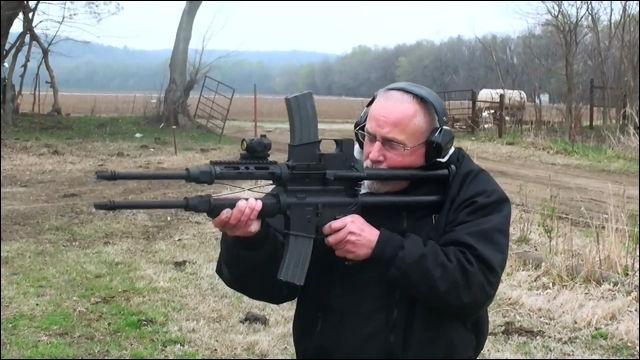 AR-15自動小銃を二段重ねにした...