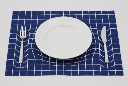 食器の周りの空間が重力で歪んで見える不思議なランチョンマット「trick Mat」 Dna