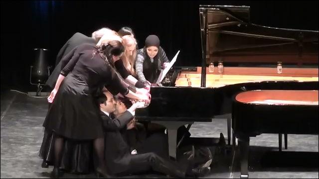 12人のピアニストが一斉に1台のピアノを演奏するギネス記録再現動画