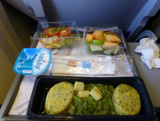 航空会社20社のエコノミークラスとファーストクラスの機内食を比較した写真
