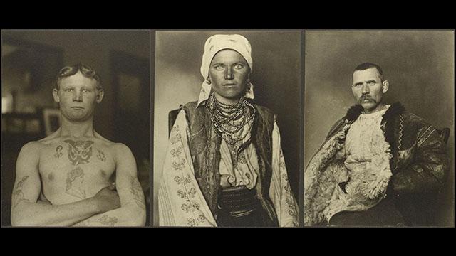 約100年前のニューヨーク・エリス島移民局で撮影された、世界各国の民族衣装に身を包む移民たちの貴重なモノクロ写真