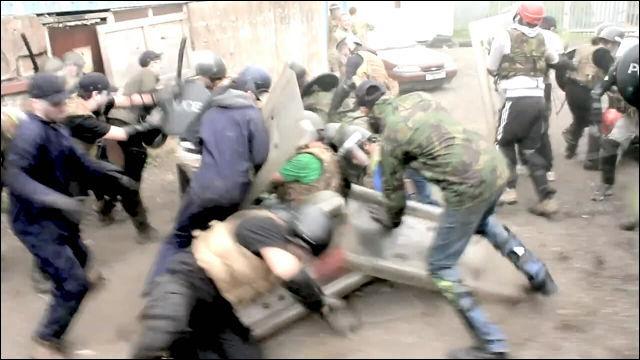 あっというまに幅7メートルの壁を作り出す難攻不落の暴動鎮圧車両「BOZENA RIOT」の動画