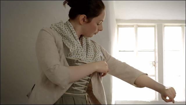 18世紀イギリスの勤労女性がどのようにして朝の身支度をしていたのか再現した動画