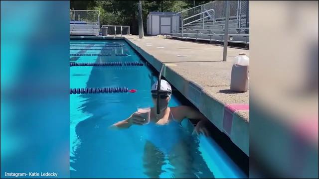 頭に乗せたコップの中身を一滴もこぼさず50m泳ぎ切る、超一流アスリートの特技がすごい