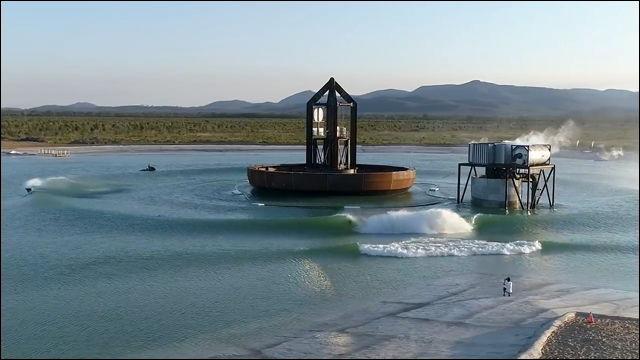 「波のあるプール」の管理システムが誤作動すると大変なことになる……という動画